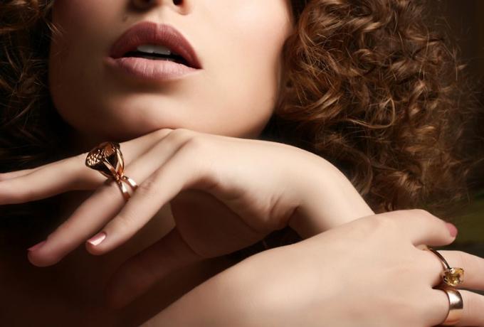 На каком пальце женщина носит кольцо, такую карму и судьбу она себе создает