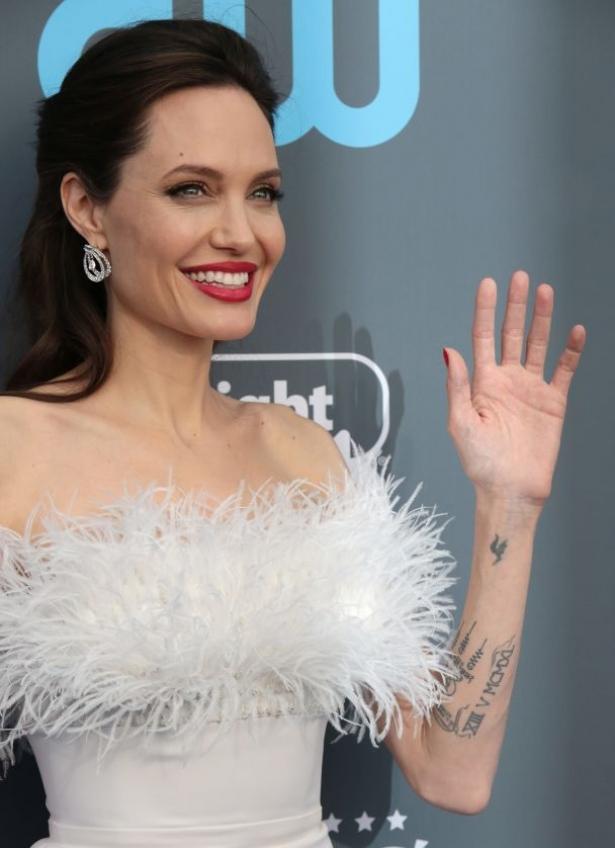 Словно ангел: Анджелина Джоли появилась на 23 церемонии Critics' Choice Awards в роскошном снежно-белом платье