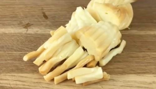 Салат с копченым сыром и сухариками — вкусный рецепт