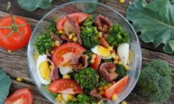 Салат из капусты брокколи с беконом - вкусный рецепт